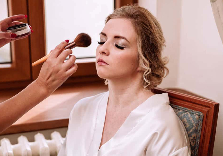 Make-up, účes