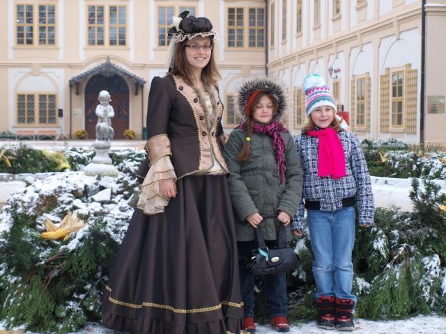 První svíčka na největším adventním věnci středních Čech už hoří
