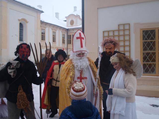 Mikuláš naděloval i na zámku, kolem se rojili čerti