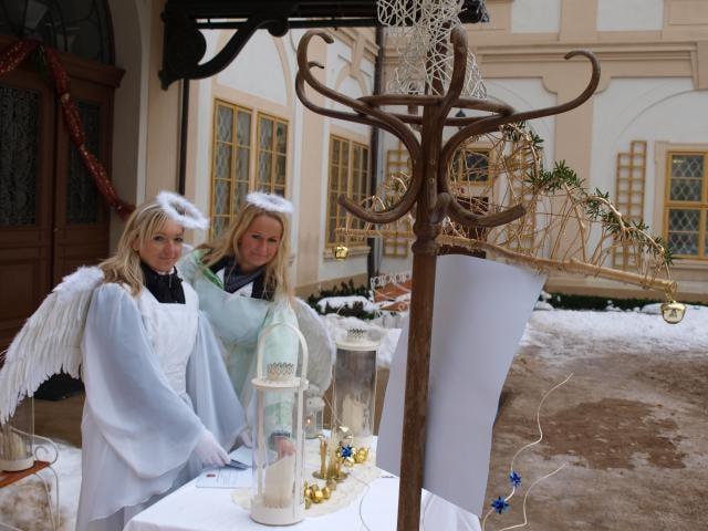 Zámkem Loučeň zněly na třetí adventní neděli zvony