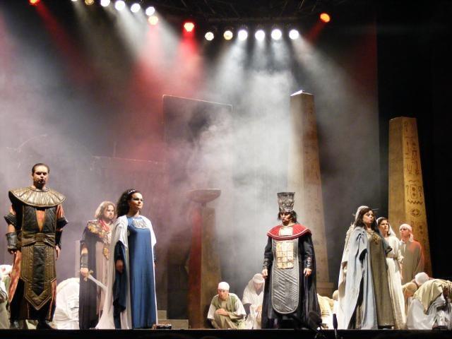 Velbloudům, ohňostroji a skvělým operním výkonům tleskalo 2000 diváků