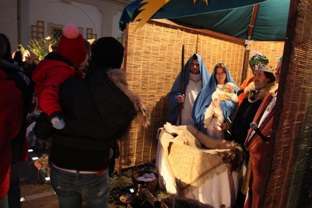 Živý betlém: Ježíšek ve 3 podobách jako loutka, hrdina zpívané mše i živé miminko