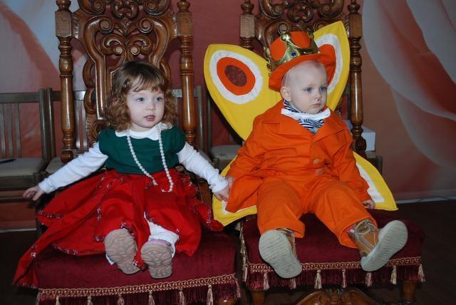Karnevalu kraloval motýl Emanuel a kankánové tanečnice