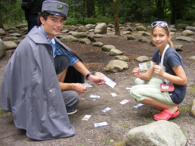 Skoro pět set dětí se radovalo z dřevěné poštovní známky