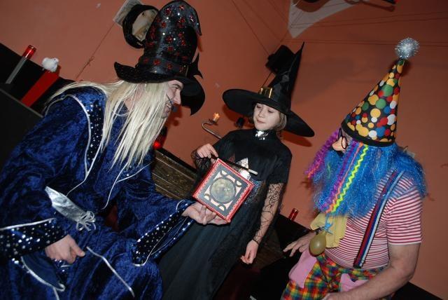 Na Plese příšer bodovaly Černé princezny. Dobrácký šašek kazil práci kouzelníkovi