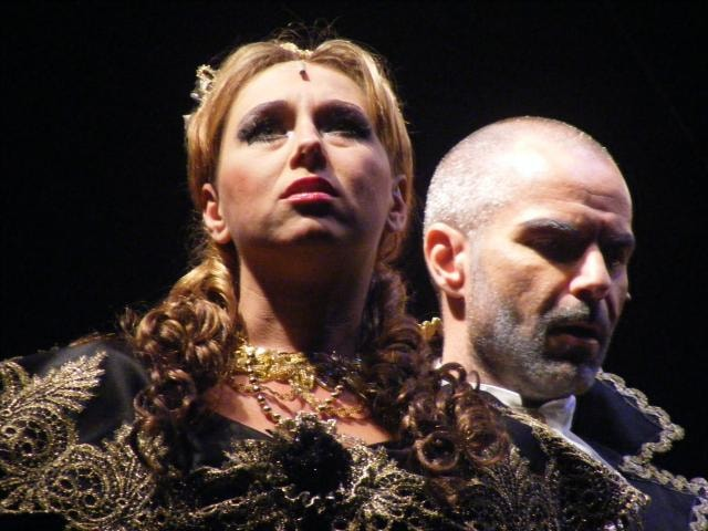 Verdi se vrátil na Loučeň. Po Nabuccovi vzal s sebou La Traviatu