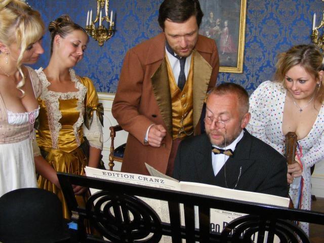 Na zámku Loučeň si dali dostaveníčko slavný skladatel, spisovatelé, žokej, či prezidentova dcera